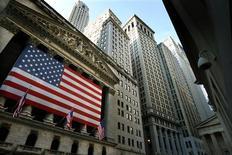 <p>La Bourse de New York a fini en baisse de 0,38% mercredi. L'indice Dow Jones cédant 48,59 points à 12.604,53 points. Le S&P-500 est resté stable (-0,02 point) à 1.341,45 points. Le Nasdaq Composite a reculé de son côté de 14,35 points (-0,49%) à 2.887,98 points. /Photo d'archives/REUTERS/Mike Segar</p>