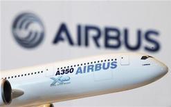 <p>Airbus rencontre des problèmes liés au perçage de trous dans les ailes de son nouveau long-courrier A350, ce qui a contribué à faire baisser mercredi l'action de sa maison-mère EADS. /Photo prise le 7 mai 2011/REUTERS/Bobby Yip</p>