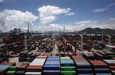 <p>La croissance de l'économie chinoise pourrait avoir ralenti autour de 7,5% au deuxième trimestre et approcher les 8% lors de la première moitié de l'année. Elle pourrait reprendre de l'allant lors du semestre en cours lorsque les plans de soutien commenceront à porter leurs fruits, selon un économiste influent membre d'un cercle de réflexion gouvernemental. /Photo prise le 6 juillet 2012/REUTERS/Bobby Yip</p>