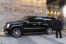 Машина паркуется перед входом в гостиницу The Ritz-Carlton в Лос-Анджелесе, 17 июня 2011 года. Гостиничный оператор Marriott International Inc нарастил квартальную прибыль за счет укрепления корпоративного бизнеса и ждет хороших показателей во второй половине 2012 года. REUTERS/Fred Prouser