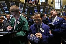 <p>Traders dans la salle des marchés du New York Stock Exchange. Les places boursières américaines ont de nouveau ouvert en baisse jeudi, toujours inquiètes pour la croissance mondiale. Dans les premiers échanges, le Dow Jones cédait 0,61%, le Standard & Poor's reculait de 0,76% et le composite du Nasdaq se repliait de 0,90%. /Photo prise le 28 juin 2012/REUTERS/Brendan McDermid</p>