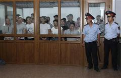 Подсудимые по делу о беспорядках в Жанаозене в камере в зале суда в Актау, 4 июня 2012 года. Организация объединенных наций призвала Казахстан провести независимое международное расследование кровавых беспорядков в нефтяном городе Жанаозень, обнаживших проблемы с правами человека и растущую пропасть между богатыми и бедными в крупнейшей экономике региона. REUTERS/Olga Yaroslavskaya