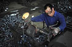 Рабочий в цеху завода по производству автокомпонентов в китайском городе Шэньян, 9 июля 2012 года. Рост ВВП Китая во втором квартале замедлился до 7,6 процента, самого низкого темпа за три года, подтвердив опасения, что крупнейшая азиатская экономика покажет худший годовой результат с 1999 года. REUTERS/Stringer