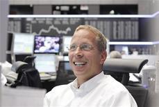 Трейдер работает в торговом зале Франкфуртской фондовой биржи, 11 июля 2012 года. Европейские рынки акций открылись ростом вслед за азиатскими рынками, поскольку ВВП Китая совпал с прогнозами, но оставил надежду на стимулирующие меры центробанка. REUTERS/Alex Domanski