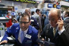 Трейдеры работают в торговом зале биржи в Нью-Йорке, 10 июля 2012 года. Американские рынки акций открылись ростом. REUTERS/Brendan McDermid