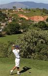 Anderson Nunes, de 15 anos, treina golfe no Japeri Golfe Clube, no Rio de Janeiro. 10/07/2012 REUTERS/Sergio Moraes