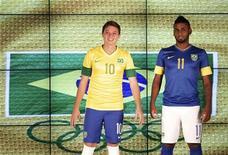Os jogadores da seleção brasileira olímpica de futebol Adrian e Muralha apresentam os uniformes oficiais do time no Rio de Janeiro, na quinta-feira. 12/07/2012 REUTERS/Sergio Moraes