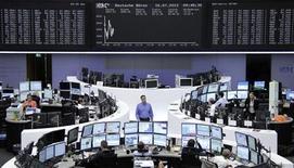 Трейдеры работают в торговом зале Франкфуртской фондовой биржи, 16 июля 2012 года. Европейские рынки акций открылись снижением в ожидании квартальных отчетов компаний и выступления главы ФРС США Бена Бернанке. REUTERS/Remote/Tobias Schwarz