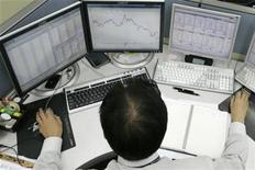 Трейдер следит за ходом торгов в Сеуле, 9 ноября 2007 года. Азиатские фондовые рынки, кроме Китая, выросли благодаря комментариям премьер-министра Китая о поддержке китайской экономики. REUTERS/Han Jae-Ho