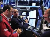 Трейдеры работают в торговом зале биржи в Нью-Йорке, 13 июля 2012 года. Неожиданное снижение розничных продаж в США еще раз показало, что дела в крупнейшей мировой экономике обстоят не лучшим образом, и привело в понедельник к небольшому падению американских фондовых рынков, несмотря на вселяющий оптимизм квартальный отчет Citigroup. REUTERS/Shannon Stapleton
