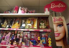 Стенд с куклами Barbie в магазине в Ницце, 2 декабря 2011 года. Квартальная прибыль Mattel Inc превзошла прогнозы благодаря жесткому контролю за издержками, компенсировавшему слабый спрос и неблагоприятный курс доллара. REUTERS/Eric Gaillard