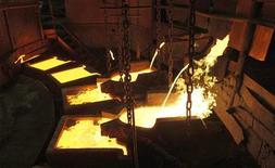 Котлы с медью на заводе в Норильске, 16 апреля 2010 года. Уральская горно-металлургическая компания (УГМК), оттеснившая Норникель с позиции лидера среди отечественных производителей меди, готова вложить еще 12 миллиардов рублей в обновление медных мощностей и может начать выпуск никеля. REUTERS/Ilya Naymushin
