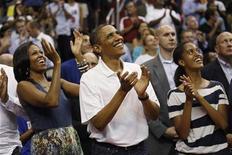 """Presidente dos Estados Unidos, Barack Obama, a primeira-dama, Michelle Obama, e sua filha Malia assistem ao jogo de basquete entre Estados Unidos e Brasil em Washington. O presidente dos Estados Unidos, Barack Obama, entrou na mini-polêmica sobre qual é o melhor time de basquete da história, ao declarar que o """"Dream Team"""" de 1992 é superior à atual safra de astros da NBA. 16/07/2012 REUTERS/Kevin Lamarque"""
