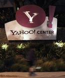 Логотип Yahoo! около офиса компании в Санта-Монике (Калифорния), 18 апреля 2011 года. Прибыль и выручка Yahoo Inc во втором квартале 2012 года практически не изменились в годовом исчислении, сообщила интернет-компания во вторник. REUTERS/Mario Anzuoni