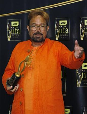 Bollywood actor Rajesh Khanna poses with his Lifetime Achievement award at the 10th International Indian Film Academy in Macau June 13, 2009. REUTERS/Bobby Yip/Files