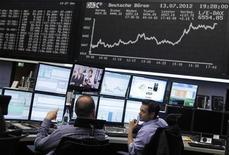 Трейдеры на Франкфуртской фондовой бирже, 13 июля 2012 года. Европейские акции растут в среду благодаря хорошей отчетности компаний Европы. REUTERS/Alex Domanski