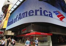 Люди проходят мимо банковского центра Bank of America в Нью-Йорке, 22 июня 2012 года. Bank of America Corp, второй по величине банк США, смог вернуться к прибыли во втором квартале благодаря снижению расходов и сокращению резервов на потери по ссудам. REUTERS/Brendan McDermid