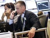 Трейдеры работают на бирже в Нью-Йорке, 6 июля 2012 года. Американские фондовые рынки выросли в среду, а индекс S&P 500 поднимался в ходе торгов до максимальной с начала мая отметки благодаря квартальной отчетности Intel и Honeywell. REUTERS/Brendan McDermid