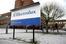 Человек проходит мимо здания офиса Electrolux в Стокгольме, 15 декабря 2008 года. Стабильные продажи в развивающихся странах помогли Electrolux компенсировать слабый спрос на других рынках и получить квартальную прибыль лучше прогнозов. REUTERS/SCANPIX/Janerik Henriksson