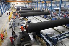 Рабочие готовят трубы на заводе Рюгене (Германия), 8 апреля 2010 года. Один из крупнейших в мире производителей труб - Трубная металлургическая компания - сократила продажи в первом полугодии почти на 3 процента из-за отсутствия крупных трубопроводных проектов в РФ. REUTERS/Christian Charisius