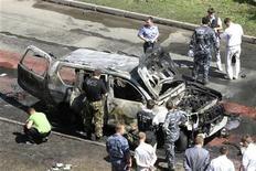Сотрудники ФСБ работают на месте подрыва автомобиля в Казани, 19 июля 2012 года. Муфтий Татарстана попал в больницу, а его заместитель застрелен в результате двух покушений в Казани в четверг, сообщил Следственный комитет России. REUTERS/Aleksey Nasyrov