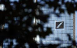 Логотип Deutsche Bank на здании во Франкфурте-на-Майне, 14 октября 2011 года. Deutsche Bank планирует сократить порядка 1.000 рабочих мест в инвестиционно-банковской сфере в ответ на сложные условия на рынках капитала на фоне долгового кризиса в еврозоне, сообщили источники, знакомые с планами банка. REUTERS/Kai Pfaffenbach