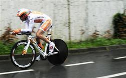 O ciclista Samuel Sánchez, do Team Euskaltel, participa de uma corrida no último dia do Vuelta Al País Vasco em Onati, na Espanha. Sánchez, atual campeão olímpico da prova de estrada, não conseguiu se recuperar a tempo de uma lesão sofrida após uma queda no Tour de France e está fora da Olimpíada de Londres. 7/04/2012 REUTERS/Vincent West