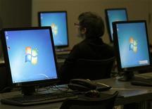 Компьютеры с ОС Microsoft Windows, установленные в пресс-центре конференции компании Bayer в Леверкузене, 28 февраля 2012 года. Microsoft Corp впервые с момента становления публичной компанией в 1986 году понесла квартальные убытки на фоне мультимиллиардного списания, которое компания провела из-за падения стоимости приобретенного ею пять лет назад крупного интернет-актива. REUTERS/Ina Fassbender