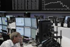 Трейдер следит за ходом торгов в торговом зале Франкфуртской фондовой биржи, 5 июля 2012 года. Европейские рынки акций открылись снижением вслед за азиатскими рынками, консолидируясь вблизи четырехмесячных максимумов. REUTERS/Alex Domanski