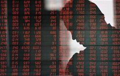 Электронное табло со значениями фондовых индексов в брокерской конторе в китайском городе Фуян, 5 апреля 2012 года. Оттоки из фондов, ориентированных на развивающиеся рынки, возобновились после непродолжительной передышки, и Россия не осталась в стороне, следует из отчета EPFR Global, на которое ссылаются аналитики Уралсиб Капитала, ВТБ Капитала и Тройки Диалог. REUTERS/China Daily