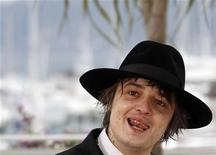 """Roqueiro e ator no filme """"Confession of a Child of the Century"""" Pete Doherty posa para ensaio fotográfico no Festival de Cinema de Cannes. O ex-vocalista das bandas britânicas Libertines e Babyshambles foi expulso de uma clínica de reabilitação na Tailândia. 20/05/2012 REUTERS/Jean-Paul Pelissier"""