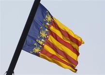 <p>Drapeau de la région de Valence. Lourdement endettée, la Communauté valencienne en a appelé à l'aide financière du gouvernement central espagnol, provoquant un nouvel accès de fièvre sur les marchés. /Photo prise le 20 juillet 2012/REUTERS/Heino Kalis</p>