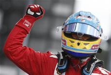 Piloto de F1 Fernando Alonso comemora vitória do GP da Alemanha no circuito de Hockenheim. O espanhol Fernando Alonso venceu o Grande Prêmio de Fórmula 1 da Alemanha neste domingo pela Ferrari e segue na liderança do campeonato. 22/07/2012 REUTERS/Alex Domanski