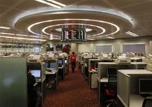 Торговый зал фондовой биржи в Гонконге, 10 февраля 2011 года. Азиатские фондовые рынки снизились из-за опасений, что Испания обратится за финансовой помощью к другим странам. REUTERS/Bobby Yip