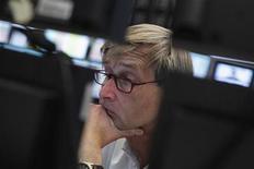 Трейдер следит за ходом торгов на бирже во Франкфурте-на-Майне, 11 июня 2012 года. Европейские акции снижаются, поскольку инвесторы боятся, что Испания обратится за международной финансовой помощью. REUTERS/Alex Domanski