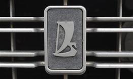 Логотип Lada компании Автоваз в Санкт-Петербурге, 3 мая 2012 г. Крупнейший российский автопроизводитель Автоваз на этой неделе запустит производство Lada Granta на второй площадке, чтобы удовлетворить спрос на популярную модель. REUTERS/Alexander Demianchuk