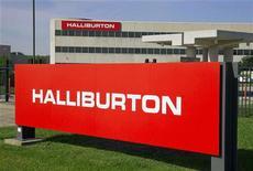 Логотип компании Halliburton около здания офиса в Хьюстоне (штат Техас), 6 апреля 2012 года. Прибыль нефтесервисной компании Halliburton Co превысила прогнозы аналитиков во втором квартале благодаря росту буровой активности за пределами Северной Америки. REUTERS/Richard Carson