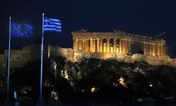 Флаги Евросоюза и Греции около Акрополиса в Афинах, 15 июня 2012 года. Следующий перевод средств в рамках программы помощи Греции вряд ли состоится ранее сентября, сообщила в понедельник Еврокомиссия, отметив, что международные кредиторы сначала должны завершить оценку греческих реформ. REUTERS/Yannis Behrakis