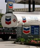 """Автоцистерна Chevron Corporation на заправочной станции компании в Редондо-Бич (штат Калифорния), 10 августа 2005 года. Ирак внес американскую нефтяную компанию Chevron Corp в """"черный список"""", запретив ей заключать соглашения с министерством нефтяной промышленности, из-за покупки Chevron нефтяных блоков в Курдистане. REUTERS/Fred Prouser"""