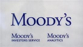 """Логотип агентства Moody's в офисе в Париже, 24 октября 2011 года. Агентство Moody's Investors Service изменило предварительный прогноз долгосрочного кредитного рейтинга Европейского фонда финансовой стабильности (EFSF) (Р)""""Ааа"""" на негативный со стабильного. REUTERS/Philippe Wojazer"""