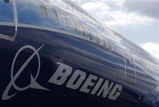 Новый самолет Boeing 787 Dreamliner стоит на взлетной полосе в аэропорту в Манчестере, 24 апреля 2012 года. Boeing Co значительнее, чем ожидалось, нарастил прибыль во втором квартале и улучшил прогноз на весь год на фоне роста поставок самолетов, компенсировавших возросшие затраты на пенсионное обеспечение. REUTERS/Phil Noble