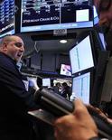 Трейдеры работают в торговом зале Нью-Йоркской фондовой биржи, 13 июля 2012 года. Американские рынки акций кроме Nasdaq открылись ростом благодаря сообщению о том, что ФРС все ближе к новым мерам стимулирования экономики. REUTERS/Shannon Stapleton