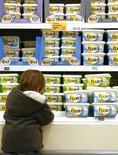 Мальчик стоит перед полкой с маргарином Flora (бренд компании Unilever) в супермаркете в Лондоне, 6 февраля 2008 года. Квартальные результаты гиганта потребительского сектора Unilever Plc позволили сохранить годовой прогноз, но компания предупредила о грядущих непростых временах из-за проблем экономики и рост затрат на производство. REUTERS/Luke MacGregor