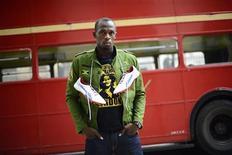 Спринтер Усэйн Болт рекламирует обувь PUMA в Лондоне, 1 июня 2012 года. Puma намерена сократить число предлагаемых продуктов и закрыть дорогостоящие спонсорские сделки, пытаясь, таким способом, компенсировать спад продаж в Европе и догнать конкурентов в США и Китае. REUTERS/Dylan Martinez