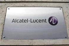 Табличка с логотипом Alcatel-Lucent перед входом в здание офиса компании в Париже, 12 декабря 2008 года. Производитель телекоммуникационного оборудования Alcatel-Lucent планирует сократить 5.000 рабочих мест и покинуть или реструктурировать работу на неприбыльных рынках, что должно стать частью программы по сокращению расходов на 1,25 миллиарда евро ($1,52 миллиарда) к концу следующего года. REUTERS/Charles Platiau