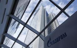 Здание офиса компании Газпром в Москве, 29 июня 2012 года. Сингапурское трейдинговое подразделение Газпрома рассчитывает удвоить выручку к 2015 году за счет сжиженного природного газа (СПГ) и других жидких продуктов, сообщил управляющий подразделением Артур Тейт в интервью Рейтер. REUTERS/Maxim Shemetov
