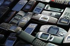 Телефоны Nokia, Варшава, 8 мая 2012 года. Переживающая кризис финская компания Nokia прекратила разработку платформы Meltemi, с помощью которой надеялась бросить вызов на массовом рынке телефонам на базе ОС Android от Google, сообщили три источника, напрямую знакомых с планами Nokia. REUTERS/Kacper Pempel