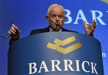 Председатель СД Barrick Gold Петер Мунк выступает на ежегодном собрании акционеров в Торонто, 2 мая 2012 года. Крупнейшая золотодобывающая компания мира Barrick Gold Corp снизила прибыль на 35 процентов во втором квартале, разочаровав аналитиков. REUTERS/ Mike Cassese