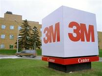 Логотип компании 3М перед зданием офиса в городе Сент-Пол (штат Миннесота), 14 ноября 1995 года. Прибыль 3M Co во втором квартале превзошла ожидания благодаря высоким показателям в подразделениях, отвечающих за производство и транспортировку. REUTERS/Stringer