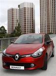 Новый автомобиль Renault Clio стоит около штаб-вартиры компании под Парижем, 9 июля 2012 года. Прибыль и выручка Renault за первое полугодие снизились из-за спада на европейском авторынке. REUTERS/Jacky Naegelen